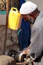 Aiguiseur de couteaux sur le marché, Gabès – Tunisie 2012