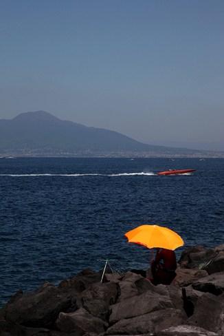 Pêcheur dans le golfe de Naples, face au Vésuve, Italie - août 2013