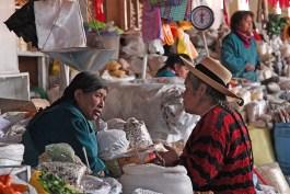 Dicussion, mercado San Pedro, Cusco, Pérou - 2014