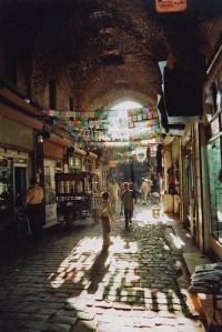 Jeux de lumière dans les ruelles des souks d'Alep, Syrie, 1996