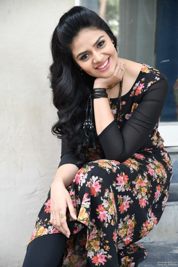 sreemukhi at nenu nanna naa boyfriends teaser launch87459