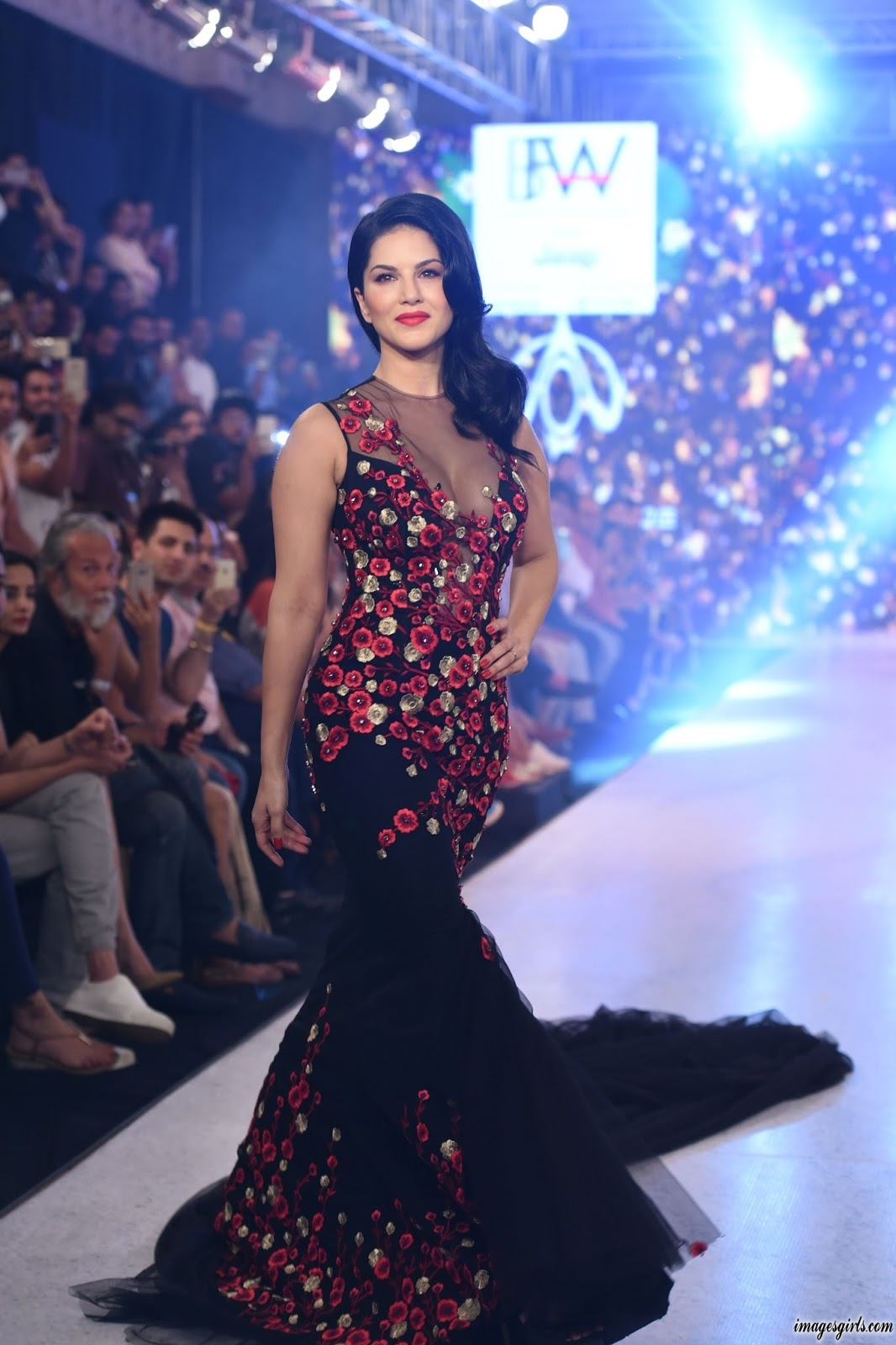 Sunny Leone Walks On Stage At The India Beach Fashion Week - Images Girls-1778