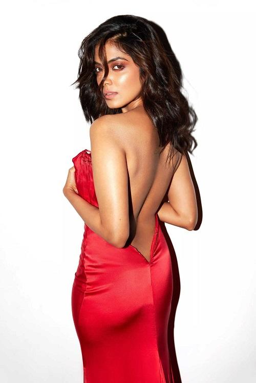 Malavika Mohanan sexy back images