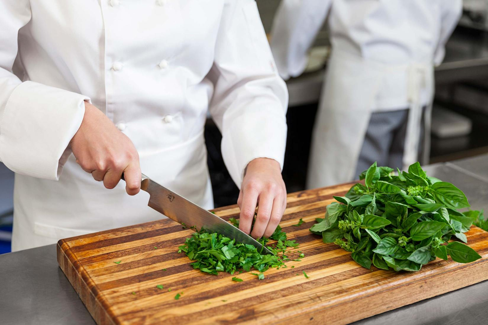 16119-0286-Image-Workshop-Melbourne-photographer-hospitality-chef-chopping-herbs-kitchen