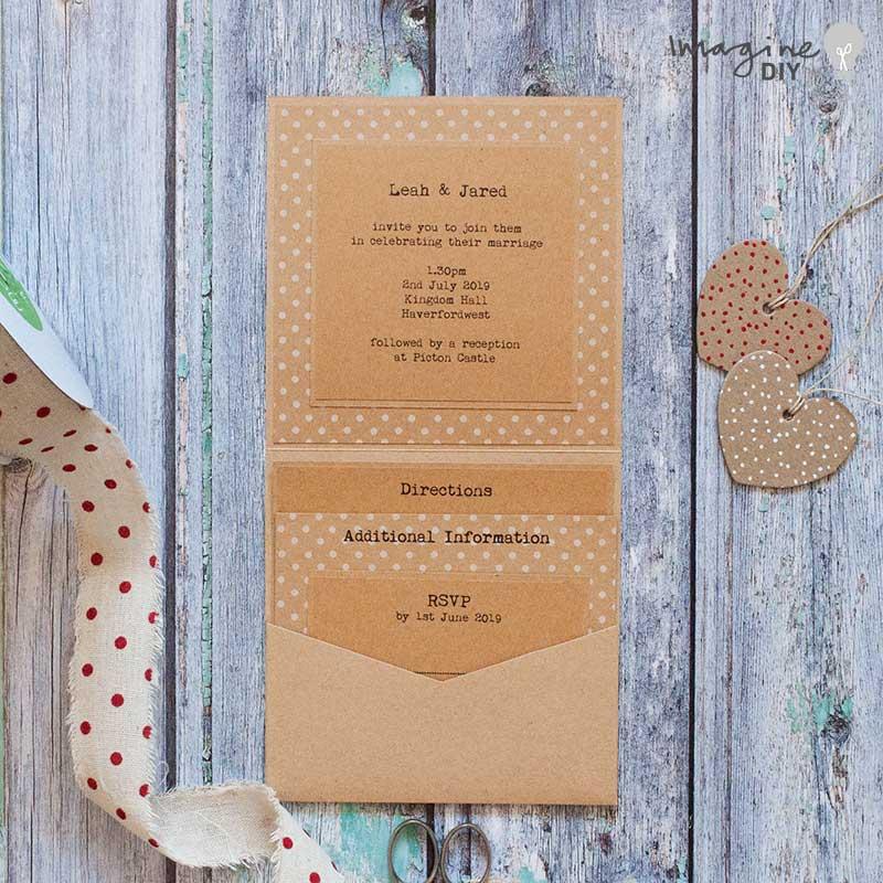 DIY pocket invitation. Booklet envelopment in kraft card. DIY wedding stationery supplies. Rustic wedding ideas.
