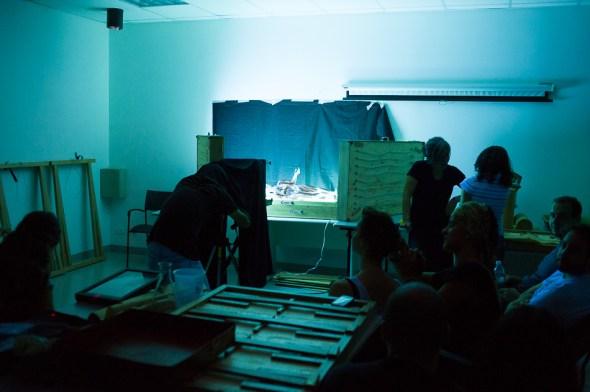 """""""Set up"""" da segunda foto. O Kenji Ota está lá embaixo do pano fotografando a imagem do despolido."""