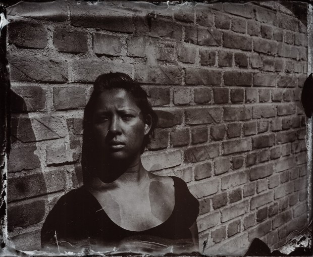 Retrato de Carolina Mitsuka por Roger Sassaki. Ambrótipo, positivo de vidro em placa úmida de colódio. Exposição de 3 segundos! Maio, 2013.