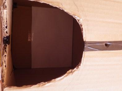 Na folha branca no interior da caixa, a imagem externa se forma. Mágico! ....quer dizer: Físico!