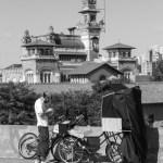 A bicicleta no viaduto que circunda o Palácio das Indústrias. (foto de Waldir Salvadore)