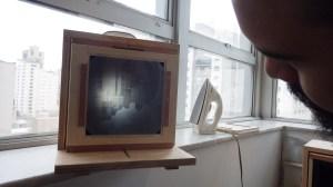 Primeira visualização da câmera montada. Funciona! :) (o ferro de passar é para moldar a peça de acrílico usada como mola)