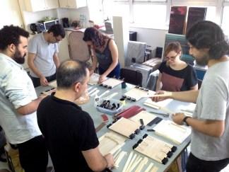 Classificação das peças e início da montagem.