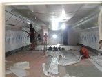 Proses pemasangan stiker interior mockup pesawat boeing 777 asrama haji sudiang Makassar