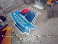 Sticker lantai ini dipasang di Plasa Telkom Makassar Jl. Pettarani diorder oleh Media Partner Studio Jakarta