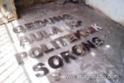 Huruf timbul stainless steel untuk Polteknik Sorong, Papua