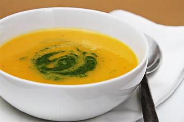 冬季南瓜汤用柑橘 - 薄荷pesto