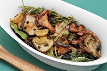 野蘑菇配大蒜和新鲜香草opebet客户端