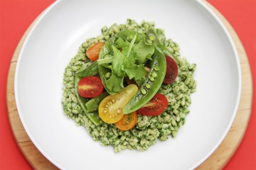 大麦和罗勒pesto沙拉用糖豌豆和祖传遗物樱桃西红柿