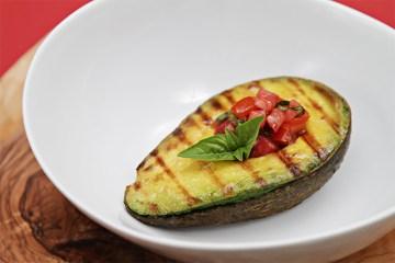 烤牛油果用番茄蓬蒿莎莎