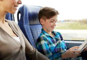 Bus WLAN Frau mit Kind und Tablet