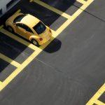 Parkplatz mit gelbem Auto und gelben Trennlinien