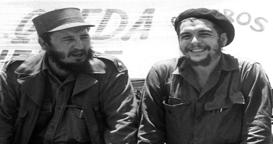 """Kubas Ministerpräsident Fidel Castro und Ernesto """"Che"""" Guevara, Präsident der kubanischen Nationalbank, sehen auf dem Fliegerstützpunkt San Julian einer Bauern-Militärparade zu. Aufnahme vom 21.08.1960."""