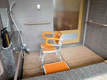 金沢・辰口温泉 まつさき 新館鳳凰のバリアフリールームの客室温泉風呂シャワーチェア