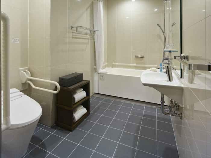 ホテル ザ セレスティン銀座のアクセシブルクイーンのバスルーム