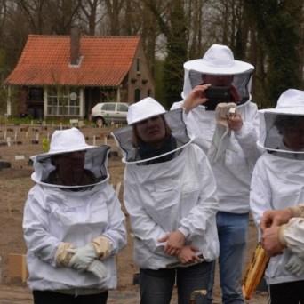 Praktijkles bijenteelt foto's Hans Coen Dekker