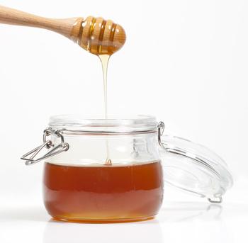 Honig tropft in Glas