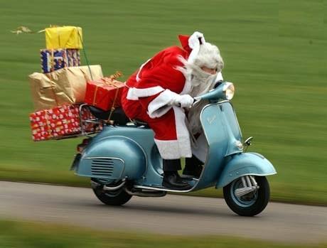 Babbo Natale che scappa coi doni (img by immaginidinatale.it)