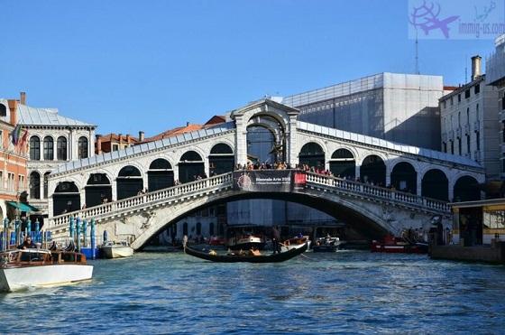 تجربة سياحية فريدة في فينيسيا أرض السحر والجمال Rialto-and-the-city-of-Rialto-Bridge