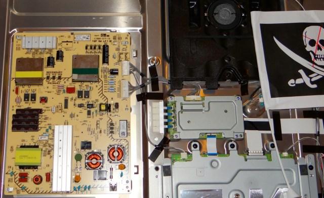 L'étiquette sur le haut de l'alimentation indique 110-220 50/60Hz, contrairement à l'étiquette extérieure qui n'indique que 220v 50Hz