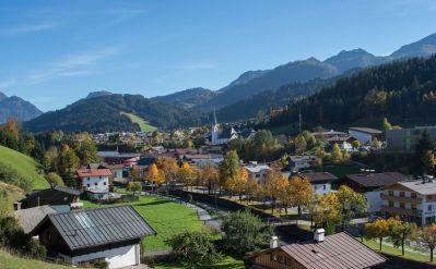 kitzbueheler-alpen-pillerseetal-fieberbrunn-ortsansicht-herbst-petra-astner