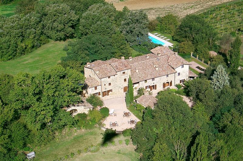 Domaine: quatre maisons deux cottages une chapelle une piscine