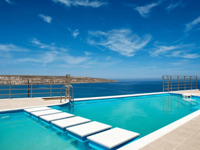 Villa construite sur une colline, piscine vue sur la mer Grèce