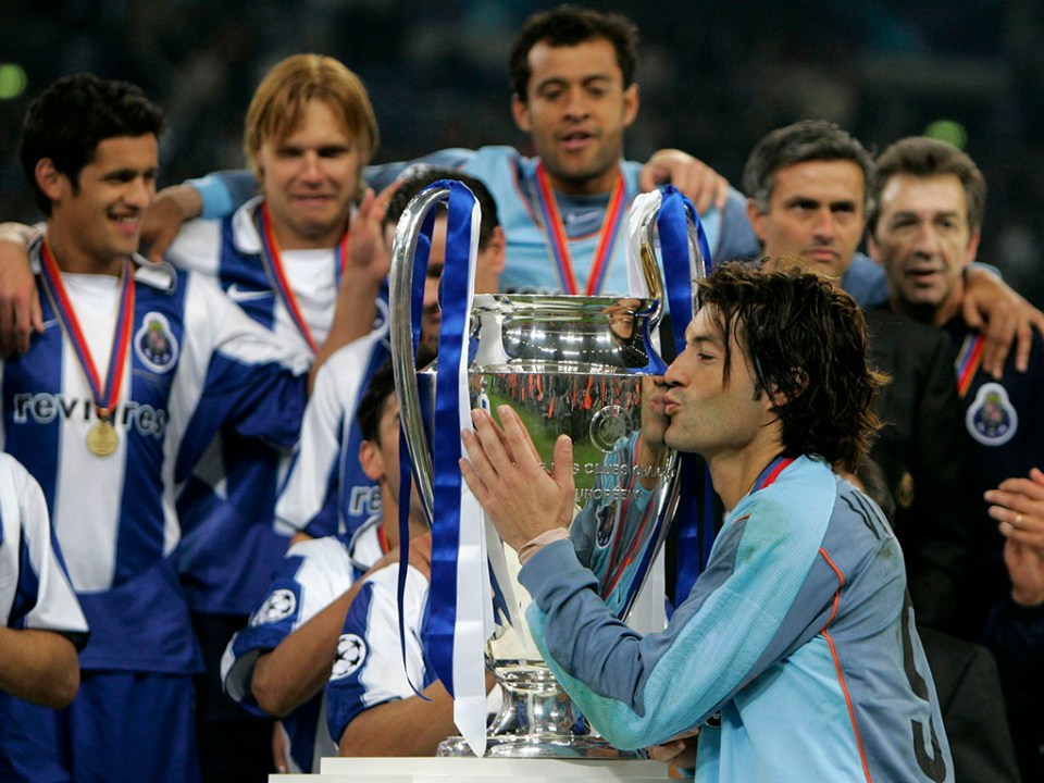 PORTO'S GOALKEEPER BAIA KISSES THE CUP AFTER HIS TEAM'S 3-0 CHAMPIONS LEAGUE FINAL VICTORY OVER ...