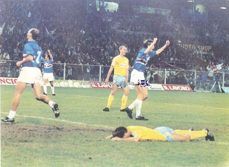 Adversários no chão e a Samp comemorando: cena normal naquela época.