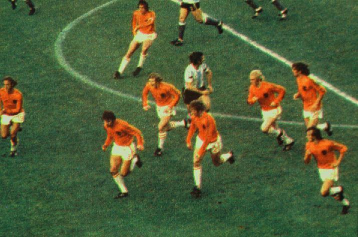 Quando o adversário estava com a bola era isso que ele via a sua frente: vorazes jogadores laranjas. Só chamando a mãe mesmo...