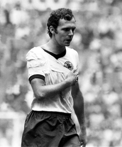 Beckenbauer imobilizado: uma cena para a história das Copas.