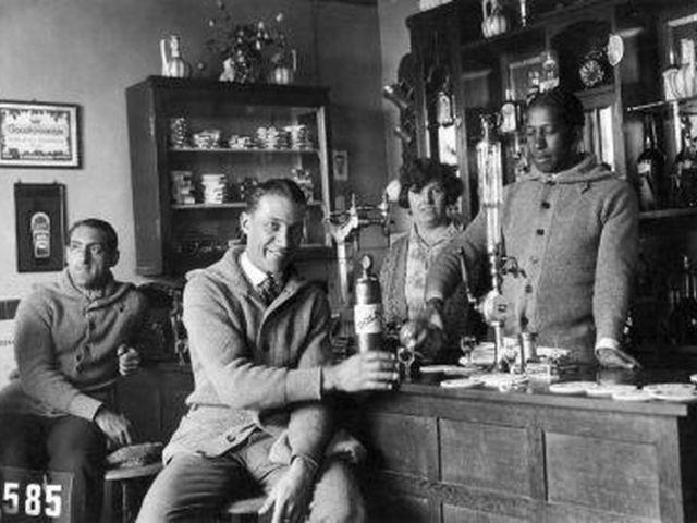 Andrade, à direita, com seus companheiros em Amsterdã.