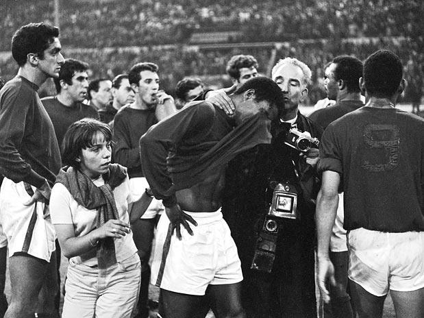 Eusébio cai no choro: o Pantera merecia o título naquele ano.