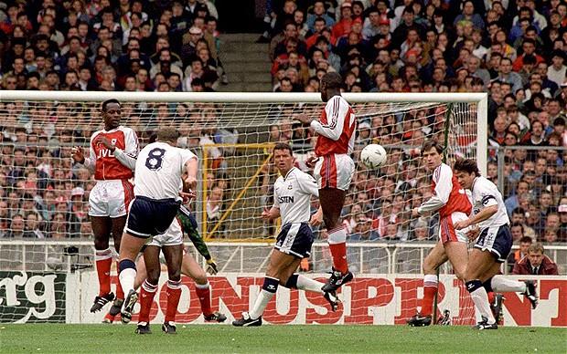O golaço contra o Arsenal: Gascoigne era perito em obras prima no mítico estádio de Wembley.