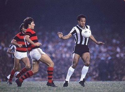 Reinaldo (à dir.) é cercado por Zico (à esq.): craque atleticano jogou baleado a decisão e ainda sim marcou dois gols.