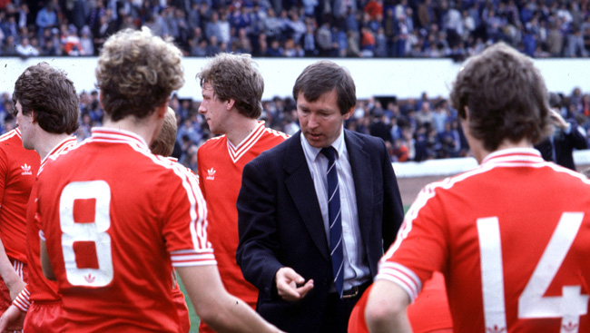 Alex Ferguson gives instructions to his players.