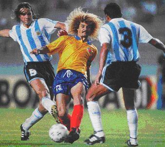Redondo (à esq.) tenta desarmar o colombiano Valderrama.
