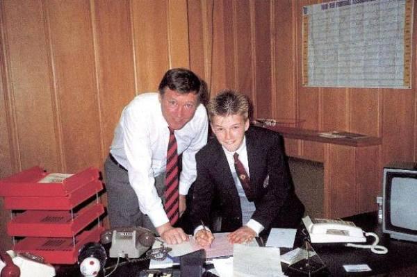 Alex Ferguson e um certo garotinho posam para foto no United no começo dos anos 90.