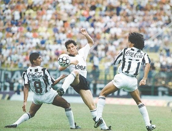 O volante corintiano Márcio disputa a bola entre os santistas Axel e Sérgio Manoel.