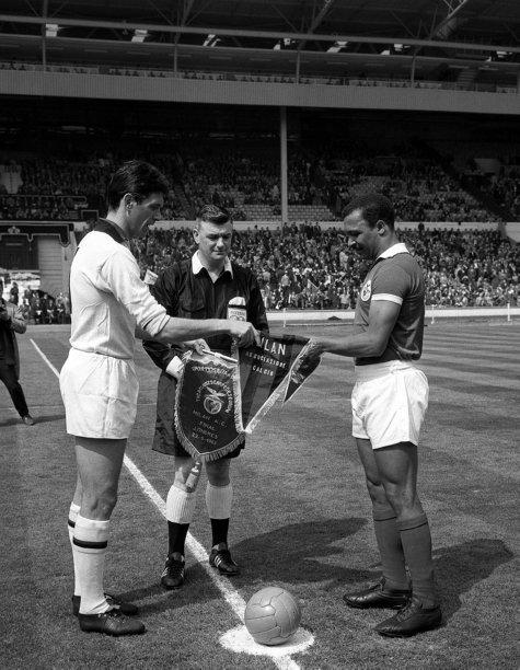 Cesare Maldini e Mário Coluna, capitães de Milan e Benfica na final de 1963.