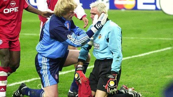 O goleiro Oliver Kahn (à esq.) consola o espanhol Cañizares.