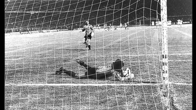Higuita agarra um dos quatro pênaltis da noite histórica para o Atlético Nacional.